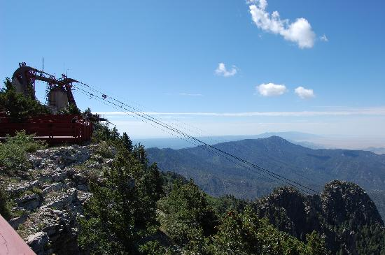 Sandia Peak Tramway: Tram docking at peak