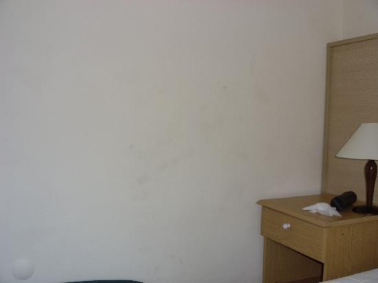 Club Hotel Pineta: dirty walls
