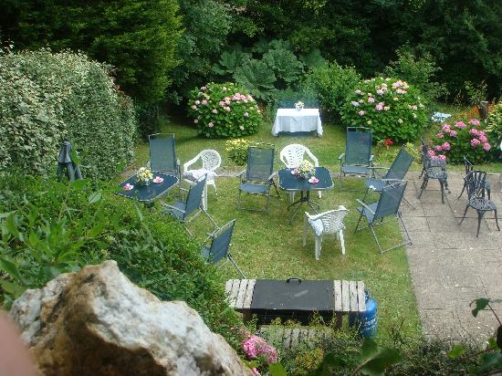The Elmfield: The garden prepared for afternoon tea