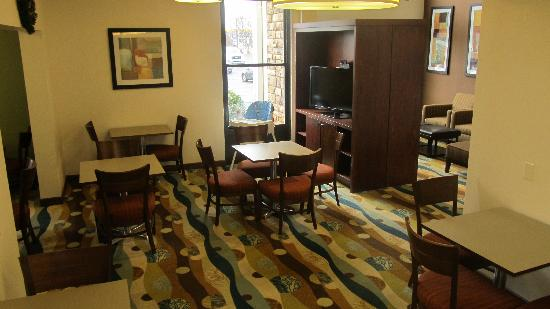 Holiday Inn Express Anderson: breakfast area
