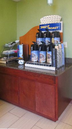 Holiday Inn Express Anderson: coffee station