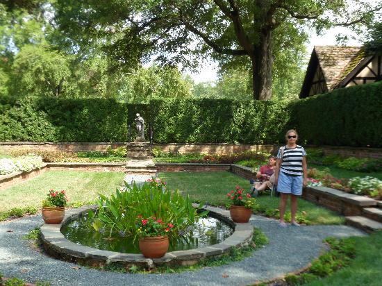 Agecroft Hall : The gardens.