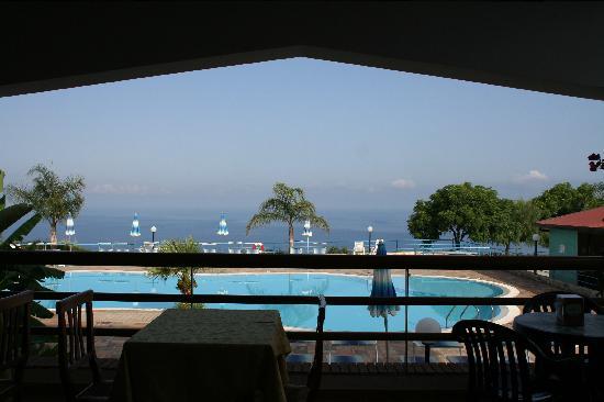 Residence Santa Monica: La piscina ed il mare dalla terrazza del ristorante