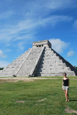 MexiGo Tours : At the main pyramid... we got there early so you could actually take a picture with no one in th