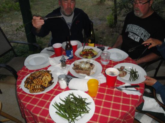 Yosemite Hilltop Cabins: Eating our grilled dinner