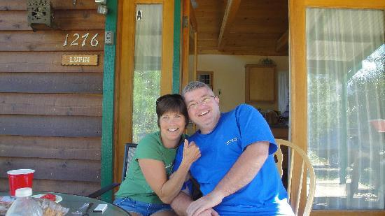 Yosemite Hilltop Cabins: Friends enjoying the cabins