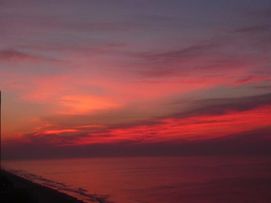 Embassy Suites by Hilton Myrtle Beach-Oceanfront Resort: Beginning Sunrise