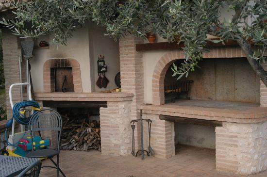 Agriturismo Istrice Innamorato: Pizza oven by the pool