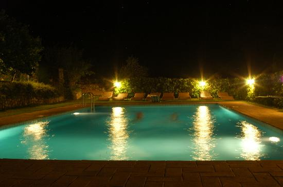 Agriturismo Istrice Innamorato: The pool at night