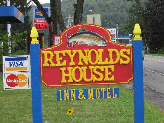 Reynolds House Inn & Motel : Road sign