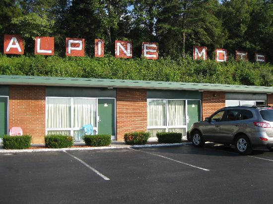Alpine Motel: The sign lights up at night.