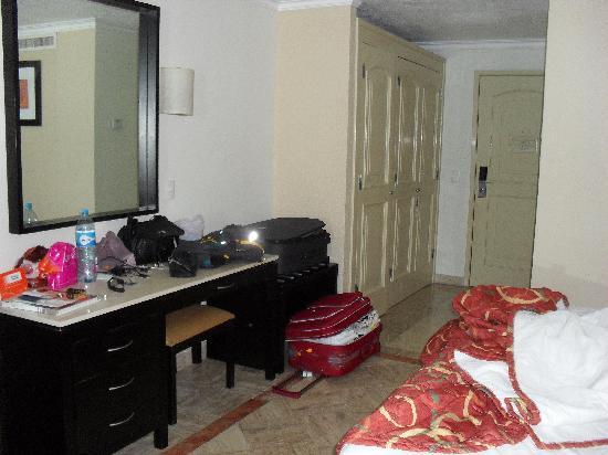 คริสทอล แคนกัน: o quarto é bem espaçoso, com movéis antigos, mas bons!