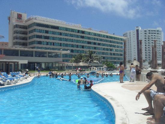 คริสทอล แคนกัน: Uma das piscinas do hotel