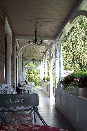 Woolverton Inn: Back porch
