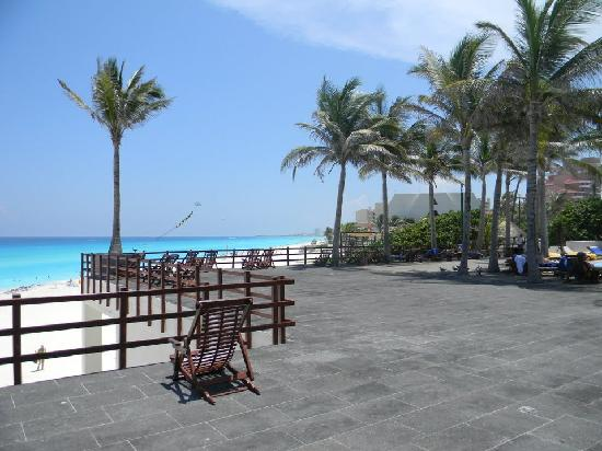 Grand Oasis Cancun: Looking out to the ocean