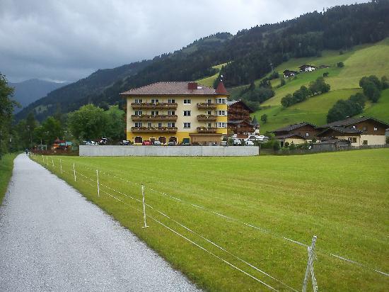 Hotel Bergzeit: Vista dal torrente