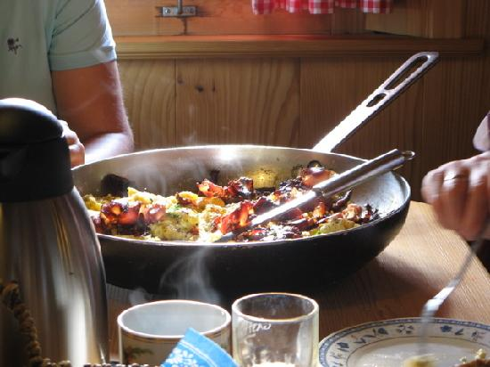 Rocheralm: And a huge pan with scrambled eggs and crispy bacon