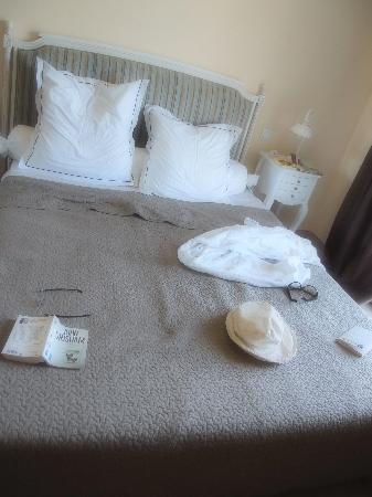 Relais de l'Alsou : The bed in the room : Le serment des fiançailles