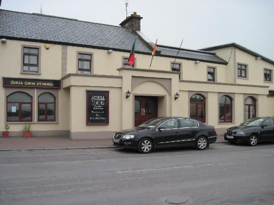Ostan Gob A'Choire - Achill Sound Hotel: Front of the Achill Sound Hotel