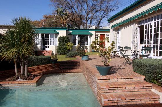 Melville Manor Guest House: The garden rooms past the pool