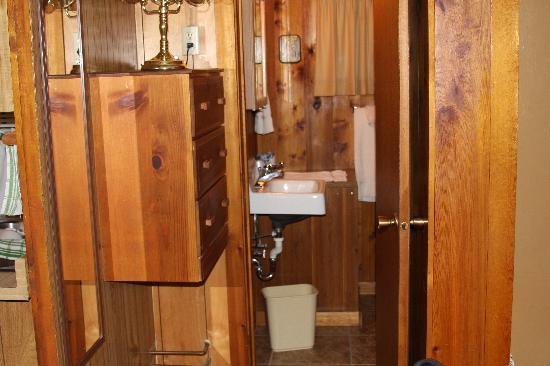 Wagon Wheel RV Campground and Cabins: Bedroom into Bathroom Cabin #2
