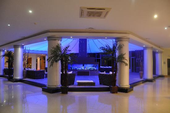 le hall et l 39 aquarium photo de ersan resort spa bodrum tripadvisor. Black Bedroom Furniture Sets. Home Design Ideas