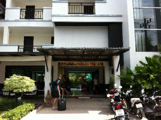 Patong Paradee Resort: front of hotel