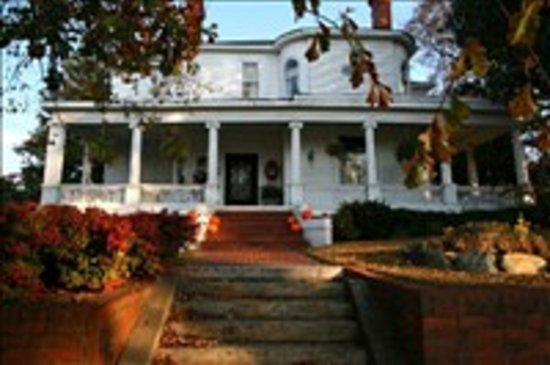 Toccoa, GA: Autumn at The Simmons-Bond Inn