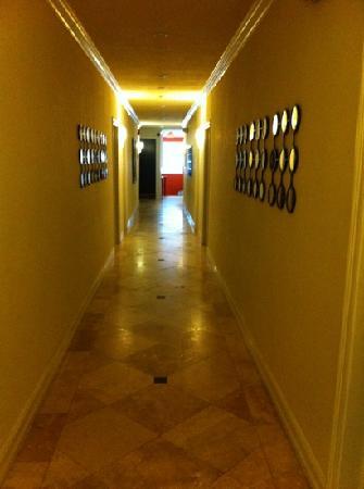 Hawaii Hotel: nice hall way smells clean
