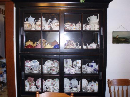 Churchyard Inn: Lovely collection of tea cups for High Tea