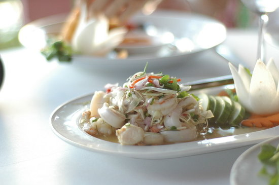 Baan Rim Pa Patong: 風景、好友、美食...完美的一餐。
