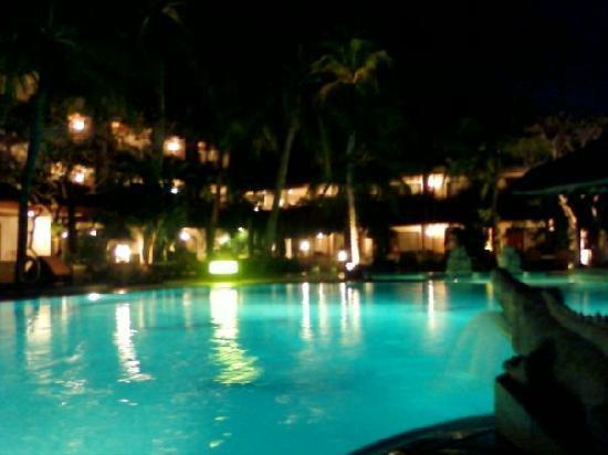 Hotel Santika Premiere Beach Resort Bali: the pool at nite