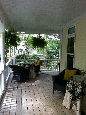 Two Bees Bed & Breakfast: The Verandah