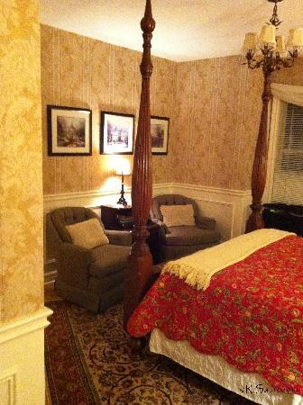 Two Bees Bed & Breakfast: The Dickenson Room
