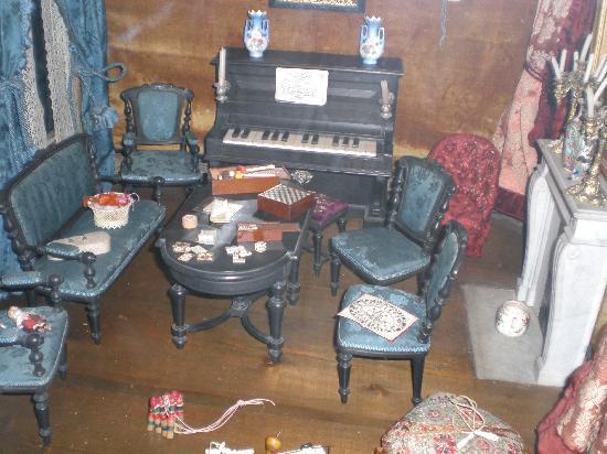 Toy Museum (Musée du Jouet): maison de poupée