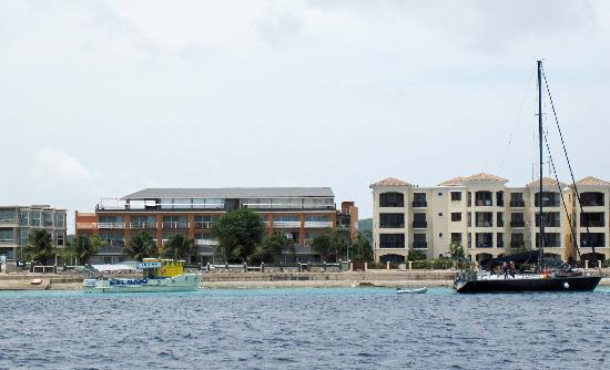 Bonaire Seaside Apartments: Apartments seen from the water (building in the middle). The studios are in a separate part on t