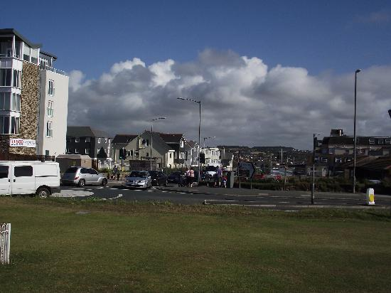 Sandy Lodge Hotel: From the main Rd (Hotel middle of the Pic)