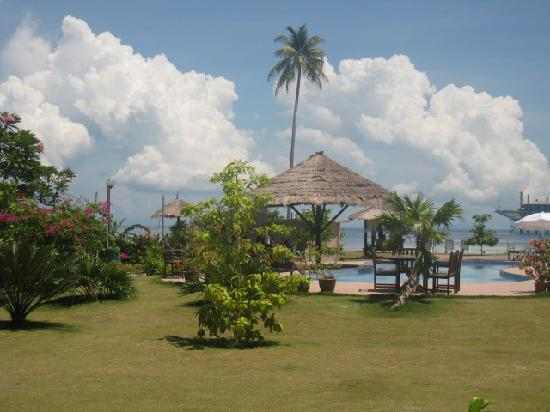 Borneo Divers Mabul Resort : Swimming Pool overlooking the Beach