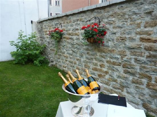 Hotel Telegraaf: The lovely walled courtyard with Verve Cliquot