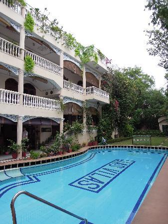 the nearby swimming pool at other (much more expensive) hotel: Jas Villas