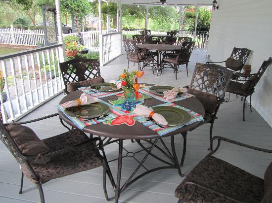 Harmony House Bed and Breakfast: Breakfast on the porch