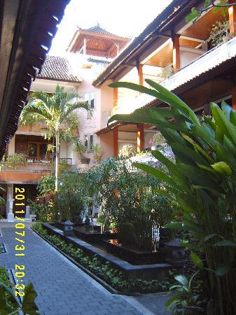 Bali Summer Hotel: The main walkway to the rooms