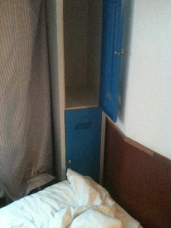 Travel Hotel: Un casier dont la moitié inférieure est bloquée par le lit