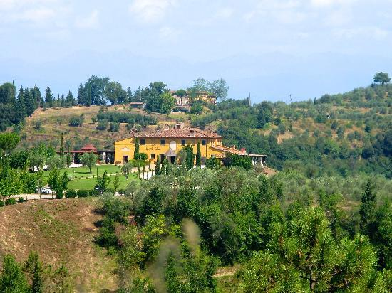 Agriturismo Colleoli: View from main road to Pisa back to property