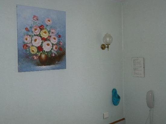 Hotel de Rosny: zapatilla de felpa clavada en la pared