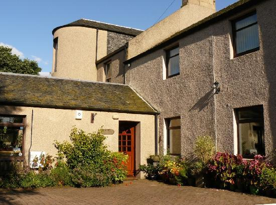 Grange Farmhouse Bed and Breakfast: Entrance and parking