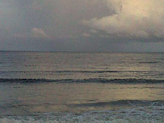 D' Coconut Cove Holiday Beach Resort: lovely beach