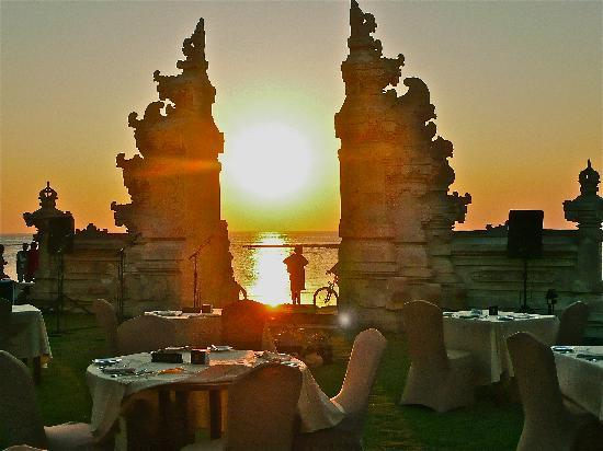 Discovery Kartika Plaza Hotel: Sunset at beach gate