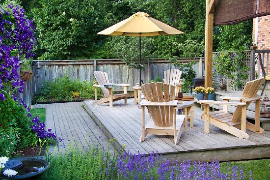 Merlot House: Backyard garden sitting area