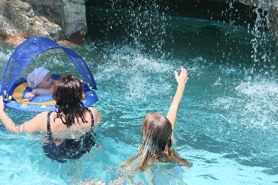 Isrotel Royal Garden : гроты, водопады